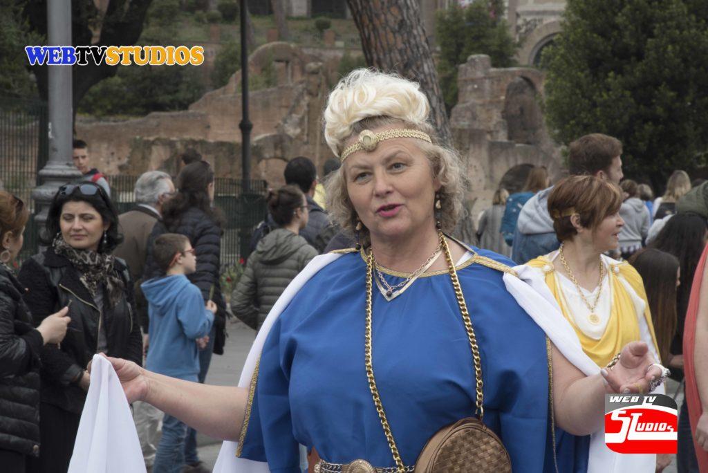 """Siamo giunti alla XIV edizione dei festeggiamenti per il Natale di Roma organizzato dal Gruppo Storico Romano. Come ogni anno il nostro intento èquello di ricordare, con una serie di eventi ed iniziative, le origini della nostracittà, che da piccolo insediamento, fondato sul Palatino, è diventata la Caput Mundi, ovvero la più grande città del mondo allora conosciuto,il cui dominio durò più di mille anni. Roma suscita ancora un fascino edun'ammirazione, senza eguali, nel mondo ed il nostro scopo è quello di mantenere sempre vivo questo interesse nei confronti della nostra città. Roma è stata nell'antichità un crocevia di culture diverse e noi intendiamorinsaldare questa caratteristica, ancora presente nell a nostra città, coinvolgendo nella nostra manifestazione gruppi di ricostruzione provenienti da ogni parte del mondo ed in particolare da quelle zone dove il legame con il mondo romano è ancora ben vivo nelle culture e nei luoghi di provenienza. La nostra iniziativa assume un valore particolare, visto ilProtocollo d'Intesa sottoscritto con Roma Capitale per la valorizzazione e la divulgazione degli usi e i costumi dell'anticaRoma, che pone un """"marchio di garanzia"""" sul nostro operatoda parte dell'amministrazione capitolina. Proprio in questo senso l'evento siripropone di far riavvicinare i romani e i turisti al mondo dell'antica Romaed alle sue origini. Nostra intenzione,sempre in ottemperanza al protocollo,è anche quella di coinvolgere maggiormente gli alunni delle scuole romane con la programmazione di momenti ludico-didattici a loro dedicate. Il programmaprevede il coinvolgimento di aree archeologiche come il Circo Massimo, Piazza del Campidoglio, Via dei ForiImperiali e il Foro Romano. RIPRESE VIDEO """" Web Tv STUDIOS """" CONTATTACI E SARAI SUBITO ONLINE … Questo video è protetto da copyright ©webtvstudios Tutti i diritti sono riservati. il video non deve essere utilizzato in nessun caso senza autori"""