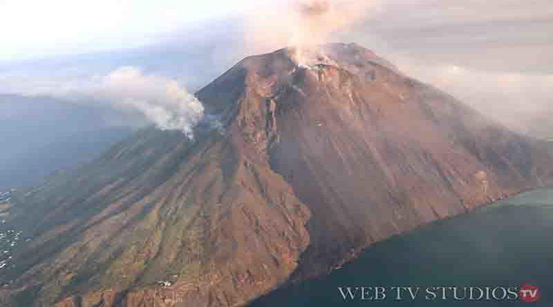 Stromboli: colonna di fumo dal Vulcano, il sorvolo con l'elicottero della Polizia di Stato