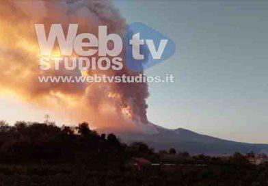 Il vulcano Etna si è svegliato e regala uno spettacolo unico