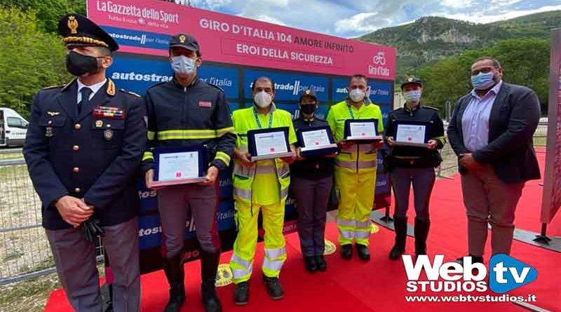 """Polizia di Stato e Autostrade per l'Italia, al Giro premiati gli """"Eroi della sicurezza"""""""