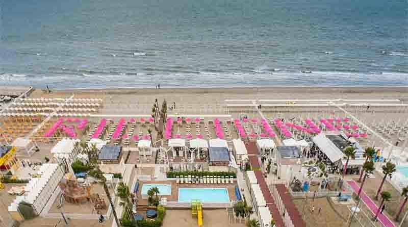 Riccione: scritta realizzata con 150 ombrelloni rosa accoglie il Giro d'Italia