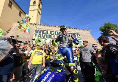 Valentino Rossi: da Tavullia a Misano con la M1, accolto come un eroe fan in delirio
