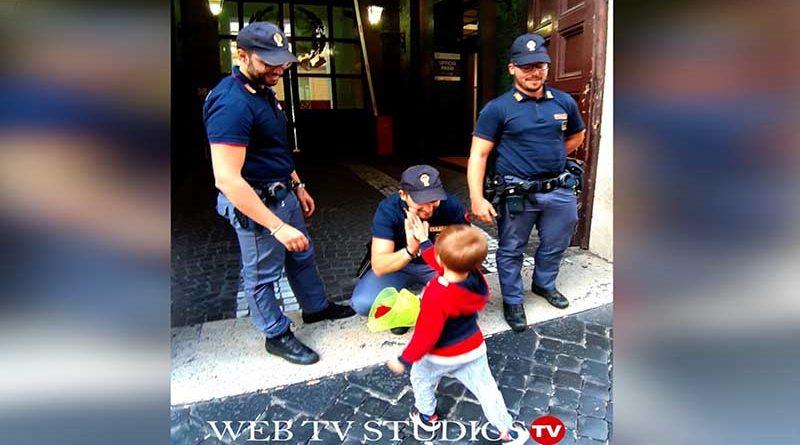 Questura di Roma: un bambino porta un fiore per gli agenti uccisi a Trieste