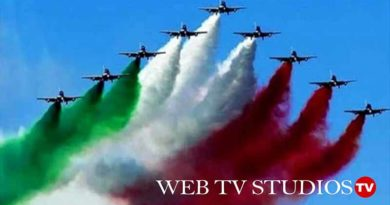 Frecce tricolori nel cielo di Roma per la festa dell'Aeronautica Militare